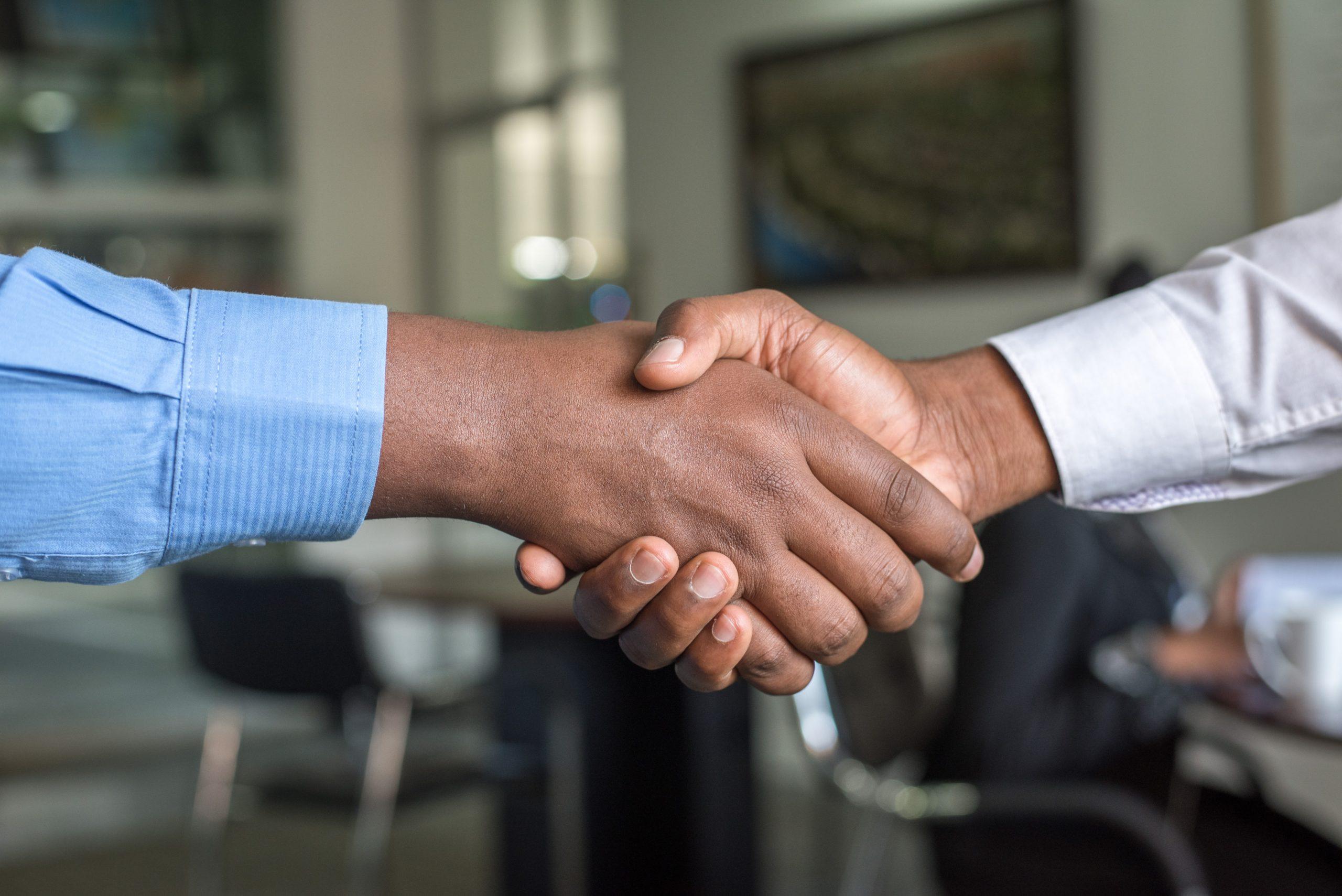 poignée de main entre deux personnes pour un recrutement d'un contrat avec l'aide à l'embauche
